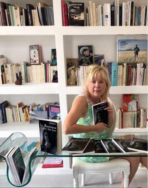 """Aurore Gailliez présente son nouveau roman intitulé """"Le Mystérieux Empire des liens""""."""