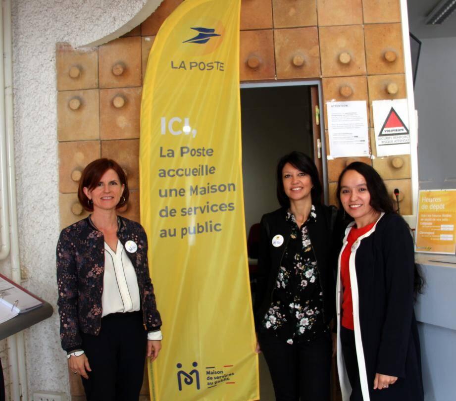 Anna Napolitano (directrice La Poste du secteur), Karine Lafoy (chargée clientèle du bureau) et Ouissame Samri (agent MSAP) lors de la journée portes ouvertes.