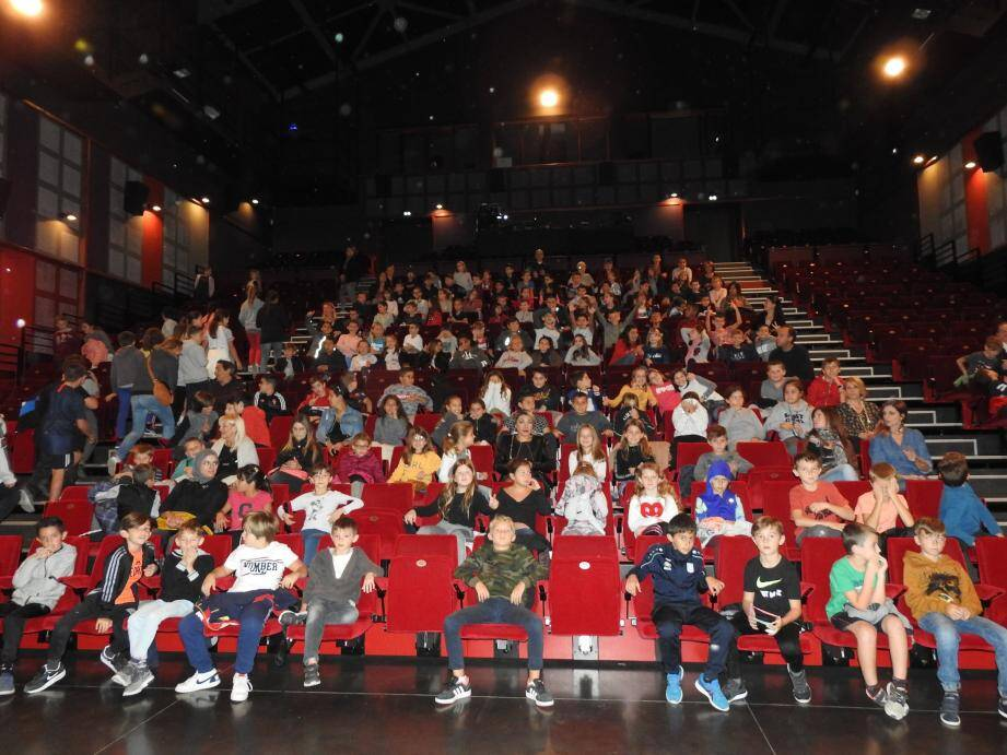 Les élèves ont été attentifs durant les extraits de spectacle proposés.
