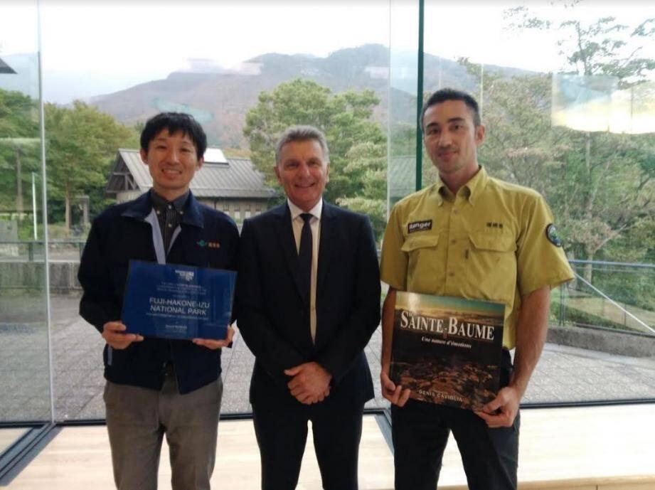 Michel Gros, président du parc naturel régional de la Sainte-Baume, entouré du directeur du parc national  Fuji Hakone Izu, Takura Ishikawa (à sa droite) et d'un ranger local, Katsumi Miura.