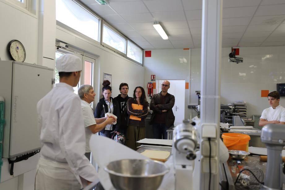 Conseillères et demandeurs d'emploi, dans les cuisines (photo ci-contre) et l'atelier pâtisserie.