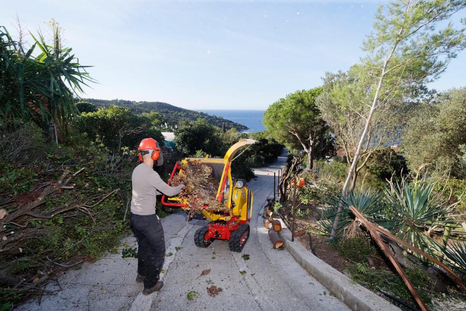 Le plus gros des deux broyeurs acquis par Héliopolis se déplace sur les corniches à la demande des copropriétaires pour transformer leurs déchets verts en broyat, idéal pour le paillage.