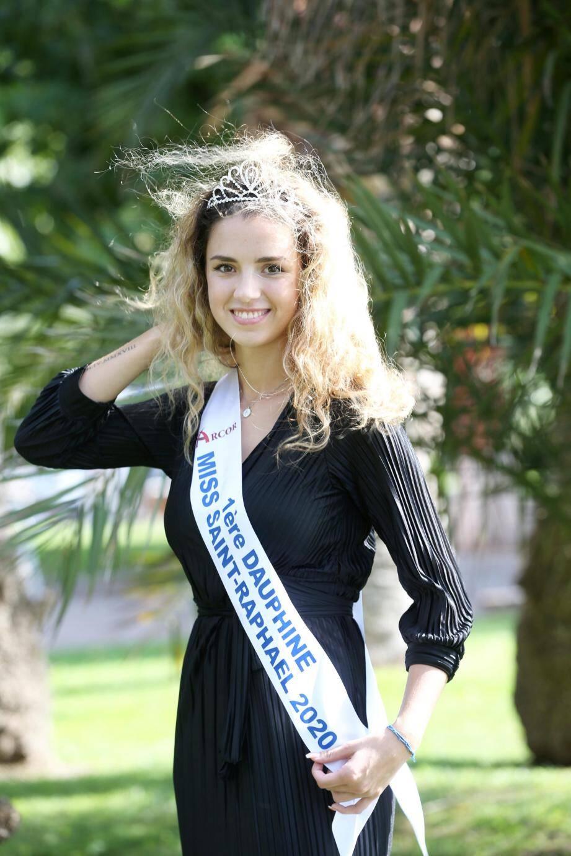 Ci-dessus : défilé de charme pour les Miss Saint-Raphaël 2020 et 2019. À gauche : Cassandra Kalachnikoff. À droite : Eva Decrombecque.