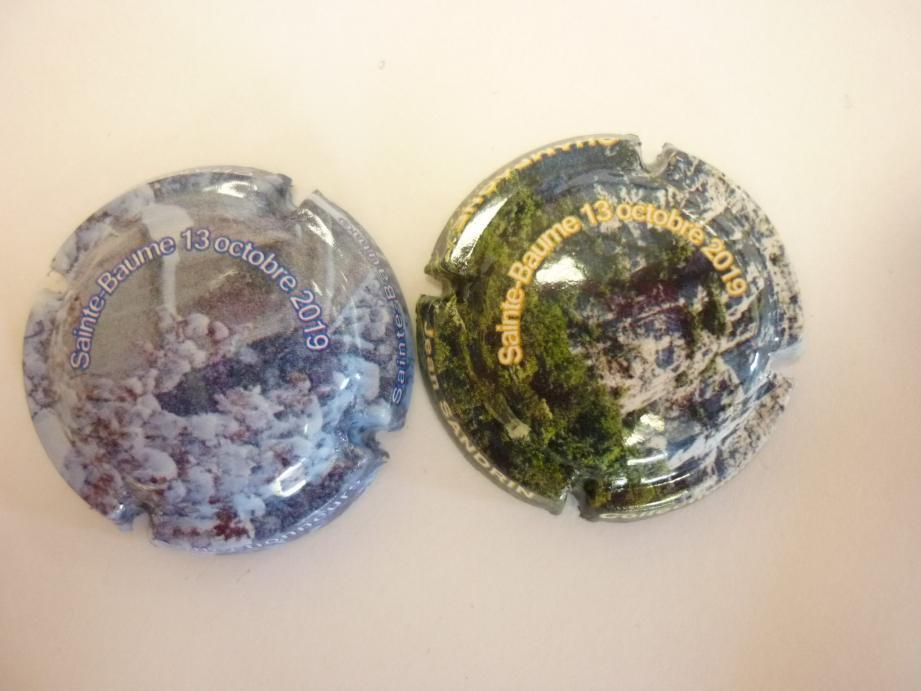 Les deux capsules de champagne, normalement appelées plaques de muselet, marquées « Sainte-Baume 13 octobre 2019 ».