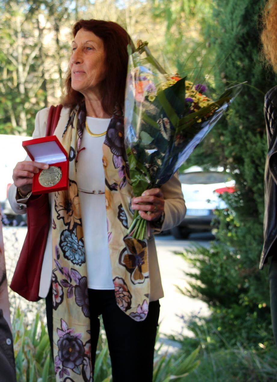Evelyne Gil, fière de ses récompenses, peut prendre sa retraite avec le sentiment du devoir accompli, accompagnée de ses amis et collègues dont Claude, Cheilan, Jean-Pierre Morin, Aurélie Fulachier et Maryse Cabrillac.