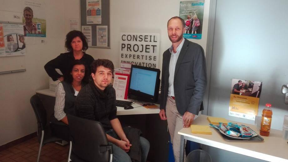 Le sous-directeur des bureaux de poste du Luc et les deux chargées de clientèle, Sandrine et Mina, ainsi qu'un client qui a trouvé une aide efficace pour organiser ses démarches.