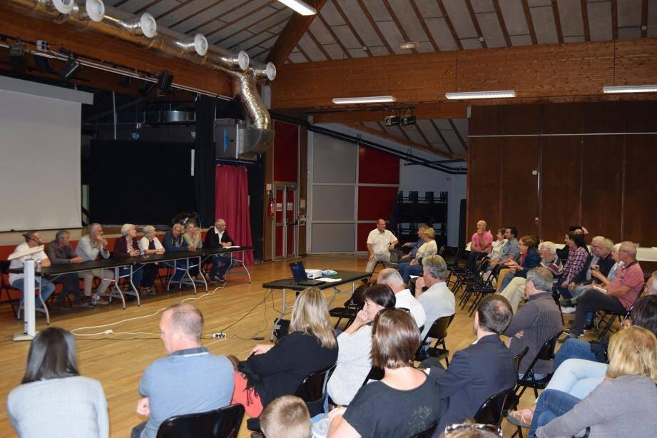 Le maire Catherine Altare et ses adjoints répondent aux questions des Pugétois.