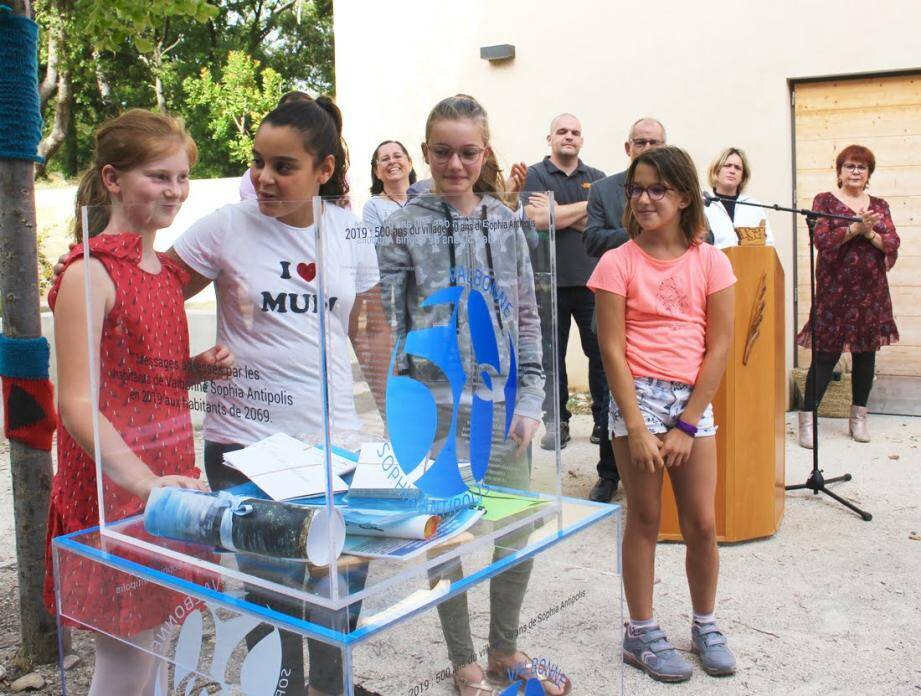Les premiers messages ont été déposés notamment par des enfants, dimanche 13 octobre, à Garbejaïre.