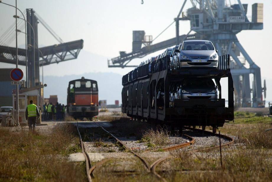 Brégaillon en 2004 : à l'époque, la ligne ferroviaire qui desservait le port de commerce était utilisée pour l'export de véhicules neufs vers l'est de la Méditerranée.