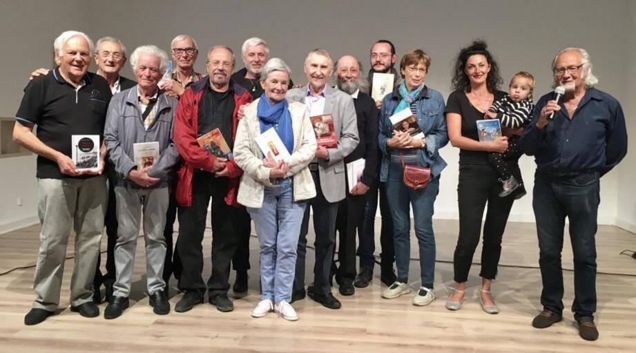 À gauche, les écrivains, autour de Michel Chaix, adjoint à la culture et Jean-Pierre Arzani, conseiller municipal. À gauche, au micro, Fernand Gasiglia et sa fille de la compagnie Hidraïssa.