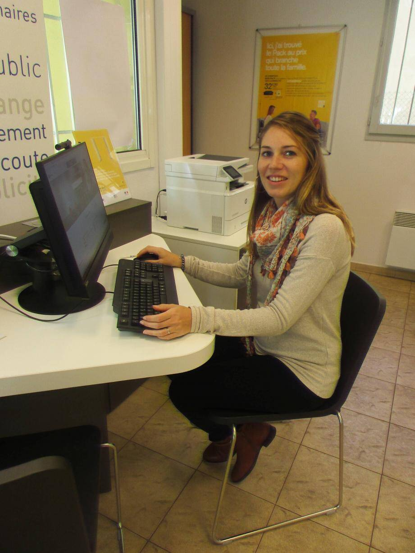 Sandrine, médiatrice numérique, vous guide tous les jours, aux horaires d'ouverture de La Poste.