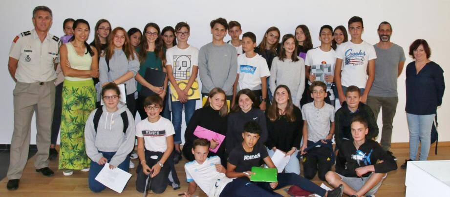 Les élèves entourés du Major Delannoy, de leur professeur, Madame Phan et de Jérôme Pélissier des archives départementales.