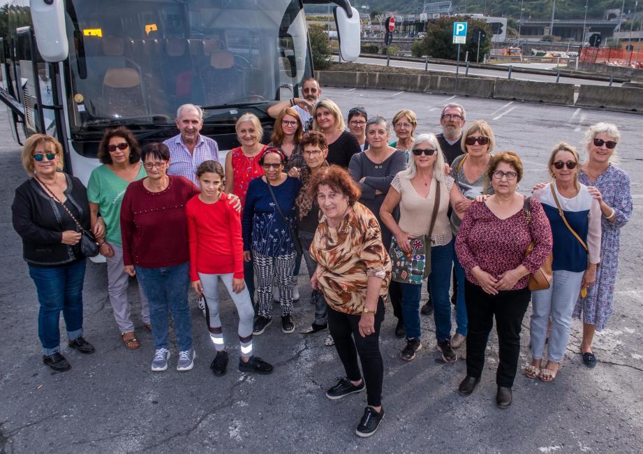 Au retour de San Remo, une partie des excursionnistes prend la pose en compagnie de Rosette Orengo, la présidente.
