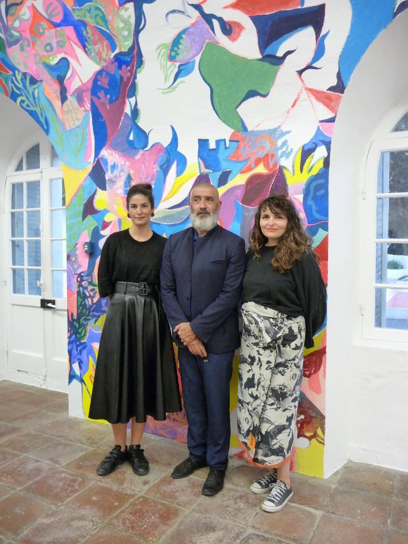 Jean-Pierre Blanc, directeur de la villa Noailles, entouré des deux directrices adjointes, Magali Guérin (à g.) et Julie Liger (à dr.), devant la fresque réalisée in situ par Florent Groc.