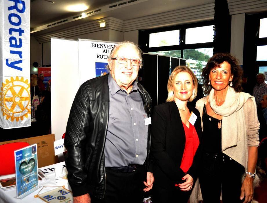 Angélique Chochoy, organisatrice, en compagnie de Corinne Van Bellegem, présidente du Rotary, et Marcel Caduc, chef du protocole.(Ph. L.)