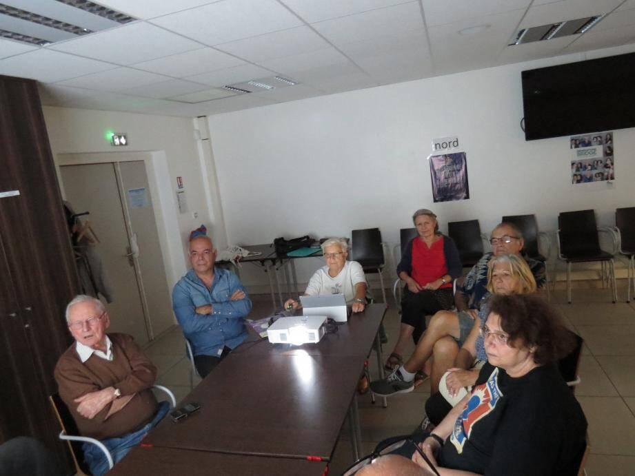 Une partie des membres réunis autour d'Hellene Kuntz (au centre), la présidente.