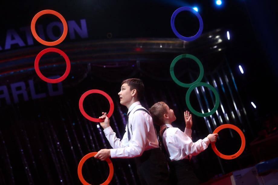 Les petits artistes en herbe s'inspireront peut-être des jeunes frères Sychev, virtuoses du jonglage à quatre mains.