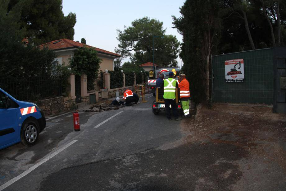 A 19 h 30, les travaux se poursuivaient encore et l'avenue était toujours coupée.