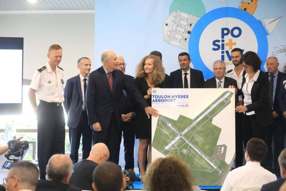 Lors du lancement des travaux de modernisation de l'aéroport, les responsables de Vinci Airports, dont Xavier Huillard, pdg de Vinci (à gauche près de la maquette), ont aussi mis l'accent sur la carte environnementale.