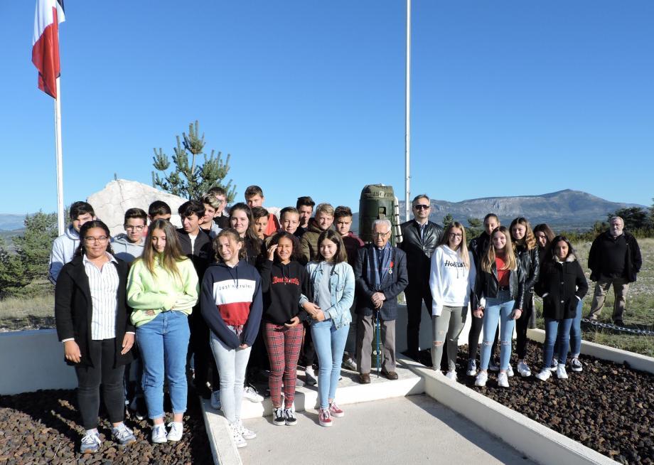 Les élèves en compagnie de «Jeannot» Lambert.