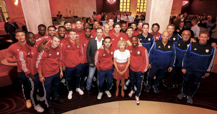 La présidente Anny Courtade entourée des joueurs de l'AS Cannes.