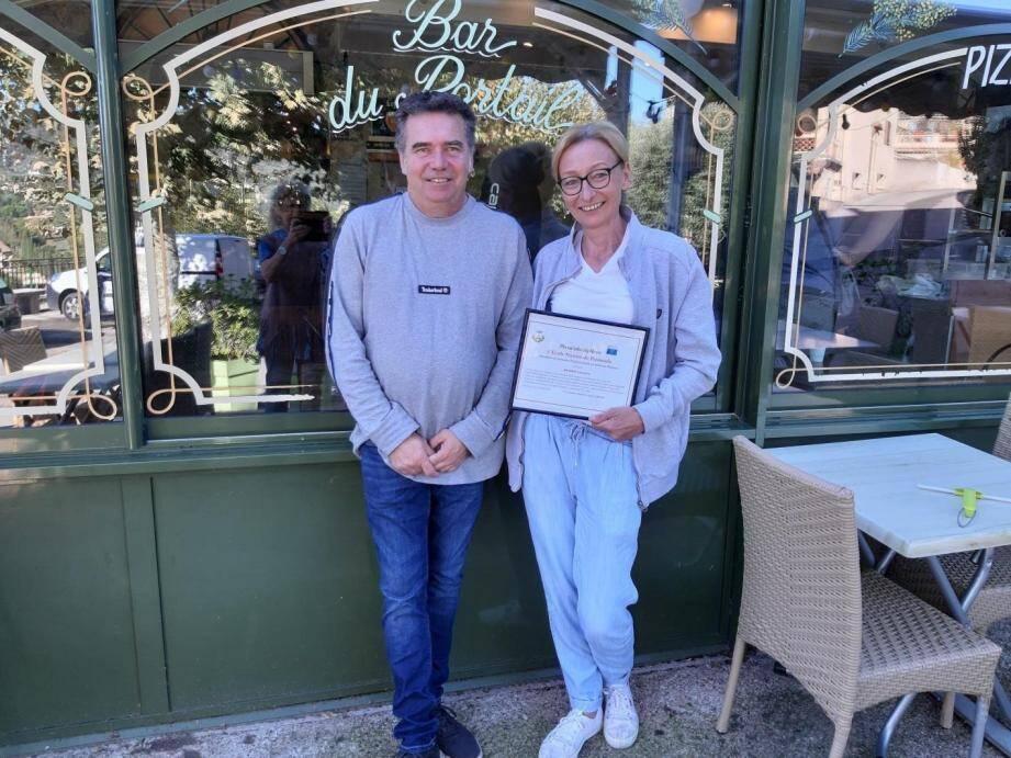 Caroline et Gilles Baudin, heureux au sein de lieu chargé d'Histoire, à proximité de l'ancien rempart auribélois.