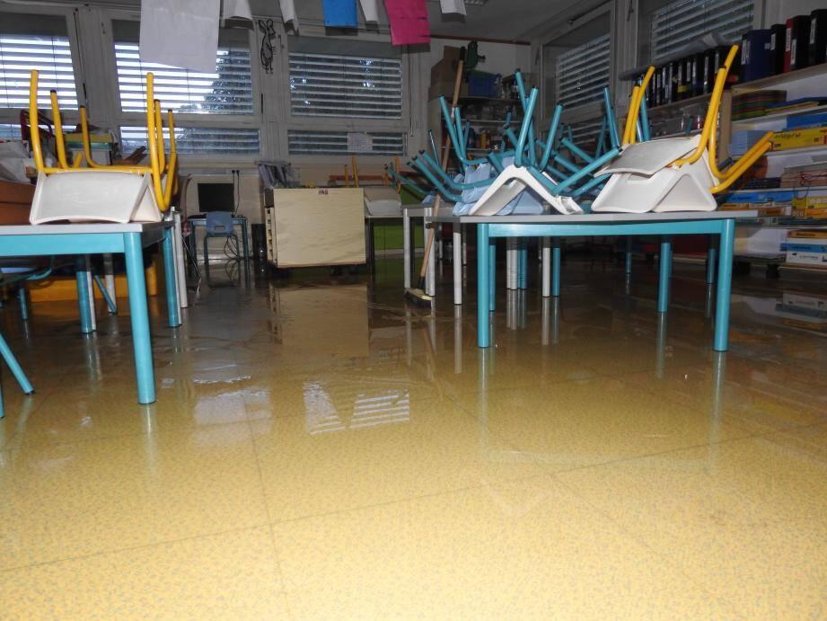 La salle de classe située entre deux bâtiments a largement été inondée.
