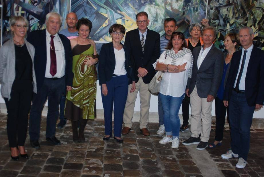 Elus et responsables aux côtés de l'artiste Virginie Bomans (3e en partant de la gauche au 1er plan).