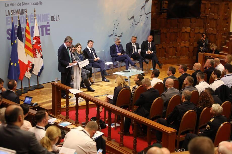 Julian King, commissaire européen en charge de l'union de la sécurité, au pupitre du centre universitaire méditerranéen lundi, lors de l'ouverture de la semaine de la sécurité.