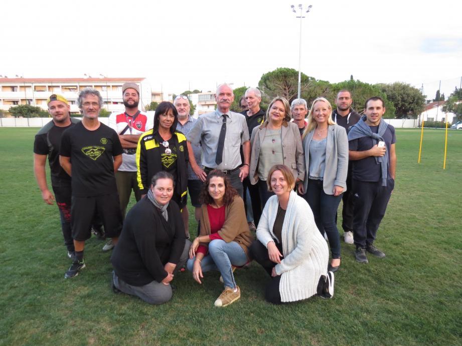 La nouvelle équipe dirigeante du club Sanary Ovalie réunie autour du président Denis Broudic (au centre avec la cravate).