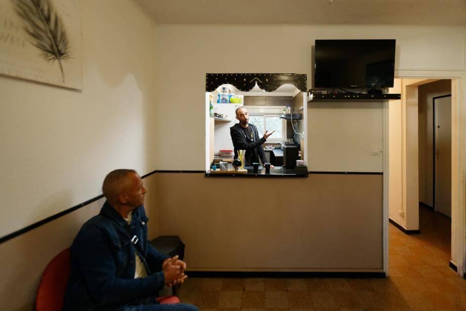 Mohamed Draoui (au centre) a retapé sur ses deniers un local de l'ancien Floréal 7 pour accueillir les personnes dans le besoin.