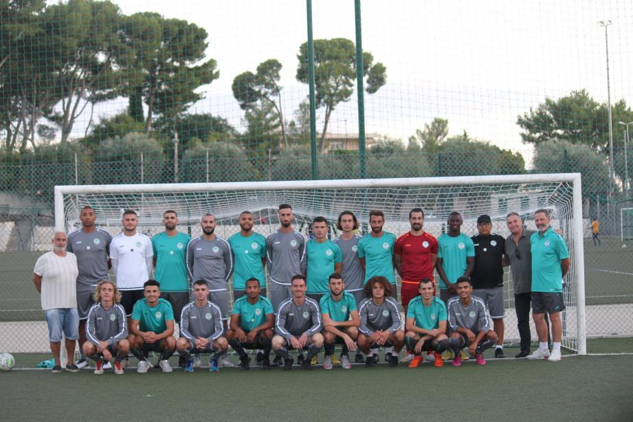 Joueurs et staff de l'Entente Sportive du Cannet Rocheville réunis.