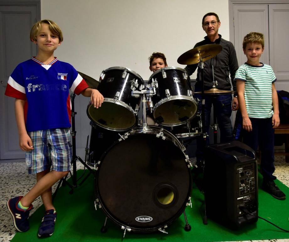 Eric Athénon, professeur de batterie de l'Ecole départementale de musique, se déplace dans les vallées pour faire découvrir son art aux enfants dans les lieux reculés. Le lundi, ces élèves l'attendent à Roussillon.