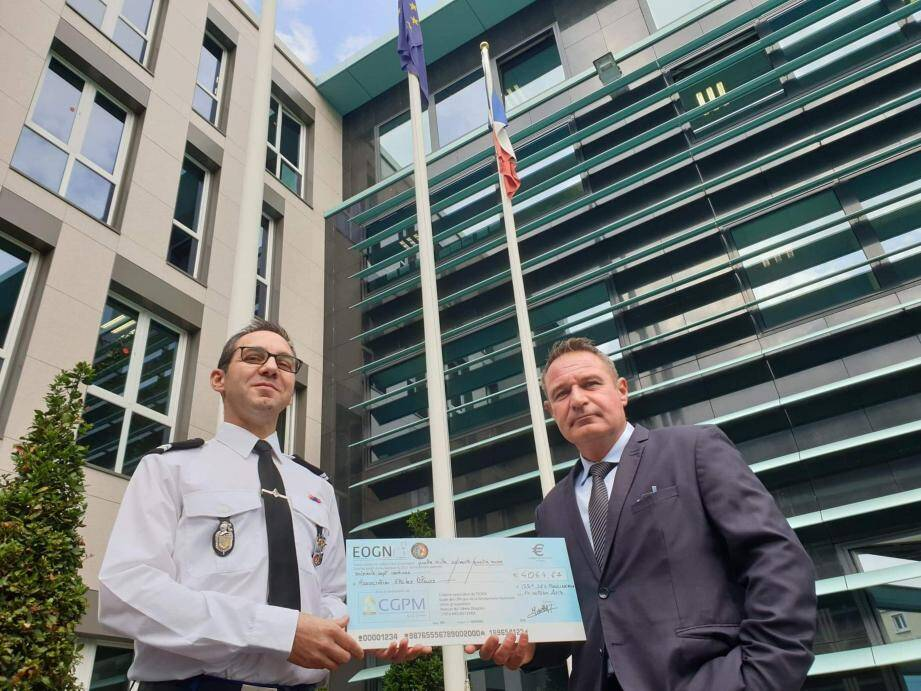 Gilles Bidaut (à droite) a reçu le chèque des mains du lieutenant Tony Morellet.