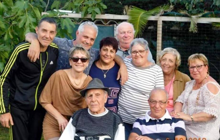 Aurelio Garito (avec le chapeau) a célébré ses cent ans très entouré par sa famille.(DR)