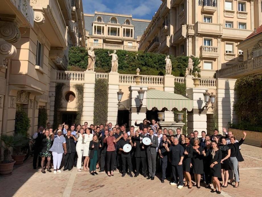L'équipe du palace a célébré ses prix sur le parvis de l'hôtel.