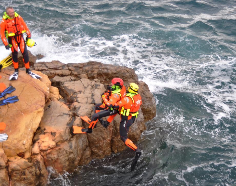 Extraction d'une victime d'une paroi rocheuse, sur l'île de Bendor où la société Ricard met les hébergements et repas à disposition des stagiaires.
