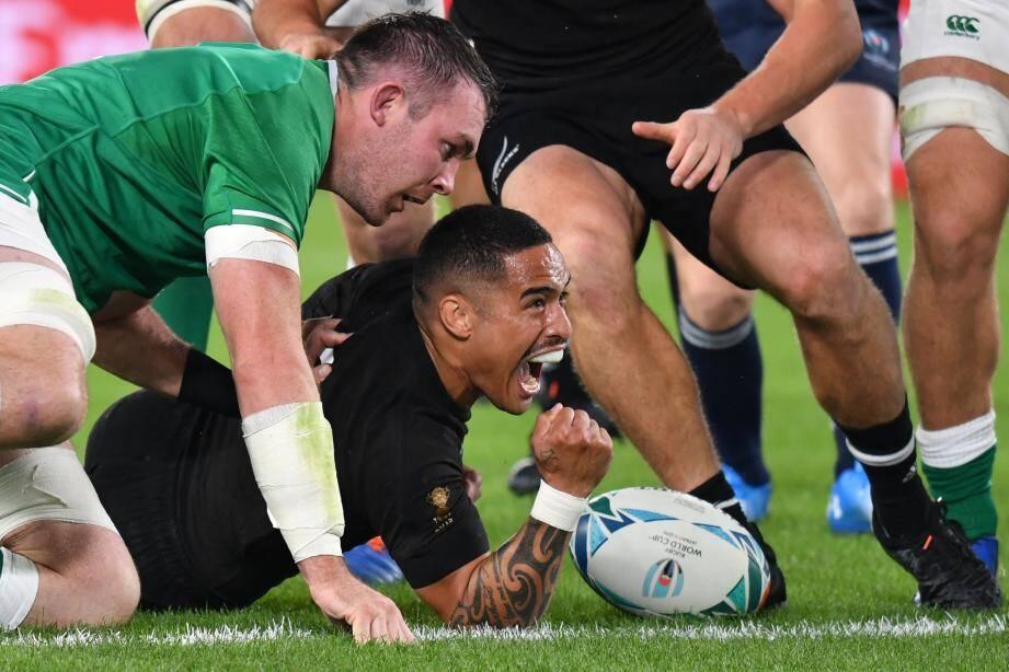 Aaron Smith, auteur de deux des sept essais néo-zélandais, a roulé sur les Irlandais.