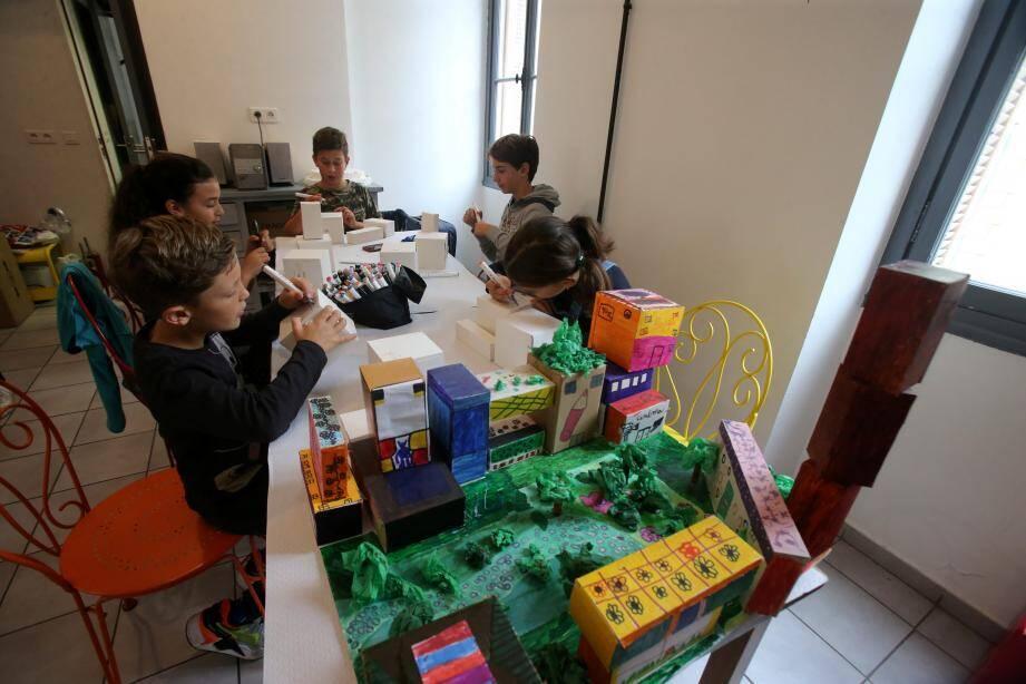 Quelques enfants ont participé à l'atelier, avec enthousiasme et application. Faisant preuve d'une grande capacité d'imagination.