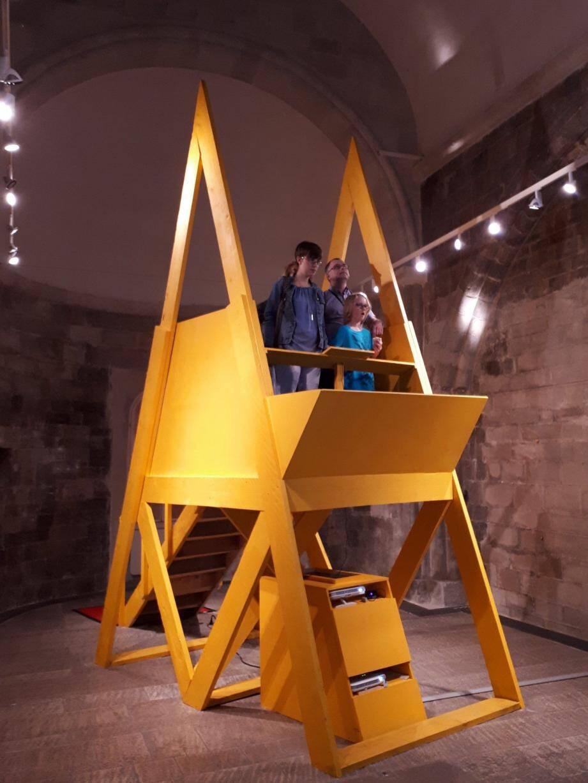 Des visiteurs montés sur la structure installée dans la Tour des Templiers.