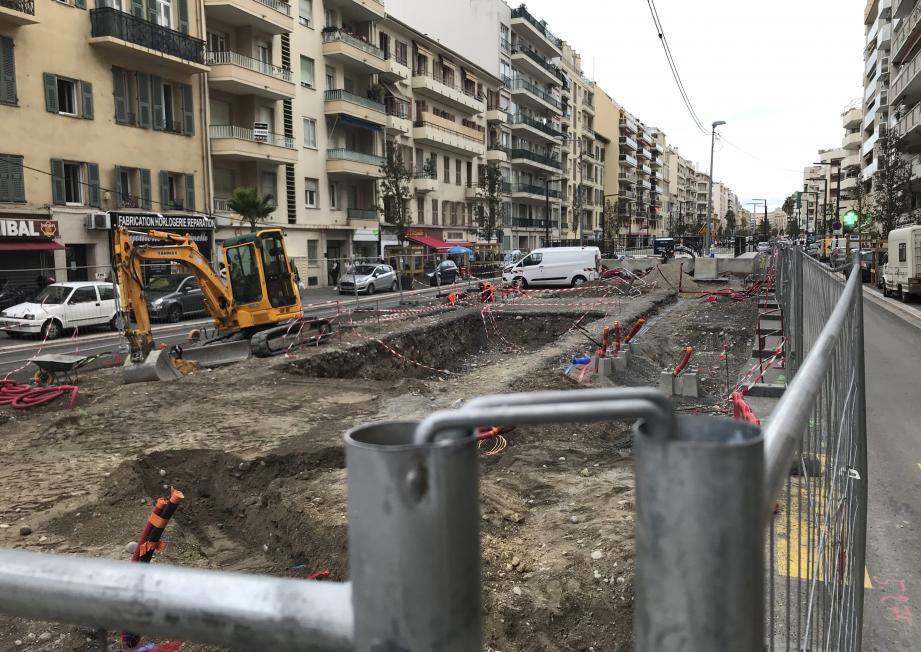 Des travaux de voirie normaux, selon la Métropole Nice Côte d'Azur, ont repris sur le chantier du tram, rue de France, pour aménager un square, livré fin novembre.