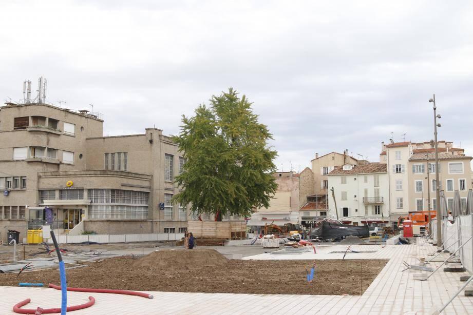 Si les logements ne sont pas encore sortis de terre, les équipements publics, eux, émergent. Surtout la nouvelle place des Martyrs-de-la-Résistance bientôt livrée aux piétons.
