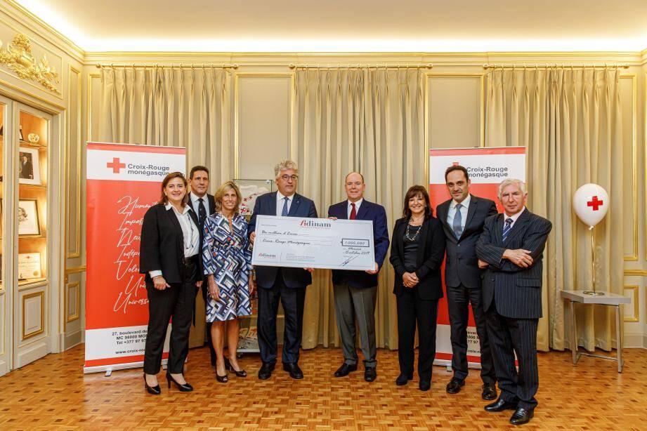 Le chèque a été remis au prince Albert II, président de la Croix-Rouge monégasque.