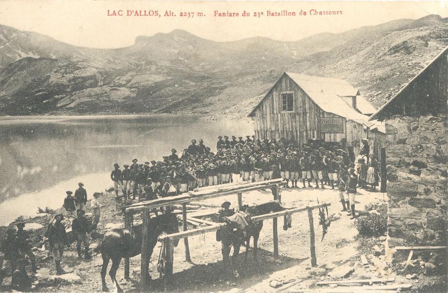 Militaires au bord du lac d'Allos.