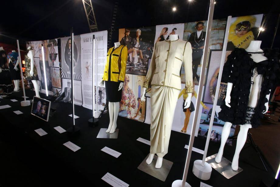 À l'entrée, cinq robes appartenant à l'équipe d'Anouchka, des collectionneurs français, évoquent le souvenir de Karl Lagerfeld. Le tailleur noir brodé de sequins jaune poussin ou la robe de soirée avec guitare surbrodée sur le ventre rappellent l'audace du créateur des maisons Chanel et Fendi qui aura marqué l'histoire de la mode du XXe siècle.