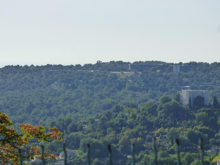 Sur la colline, face au château de Saint-Jeannet, le site d'IBM et les terrains de Malongo, au cœur d'une bataille politique et d'influence.