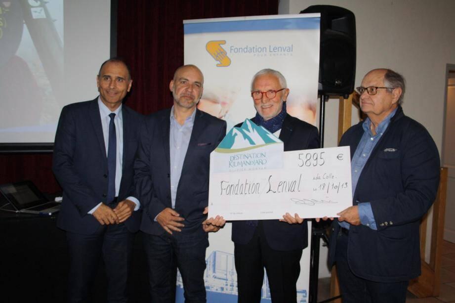 Remise du chèque de 5 895 euros par Olivier Morvan (2e en partant de la gauche) aux administrateurs de la fondation Lenval, en présence du maire Jean-Bernard Mion. Une somme qui participera à l'acquisition d'un appareil d'analyse d'effort.