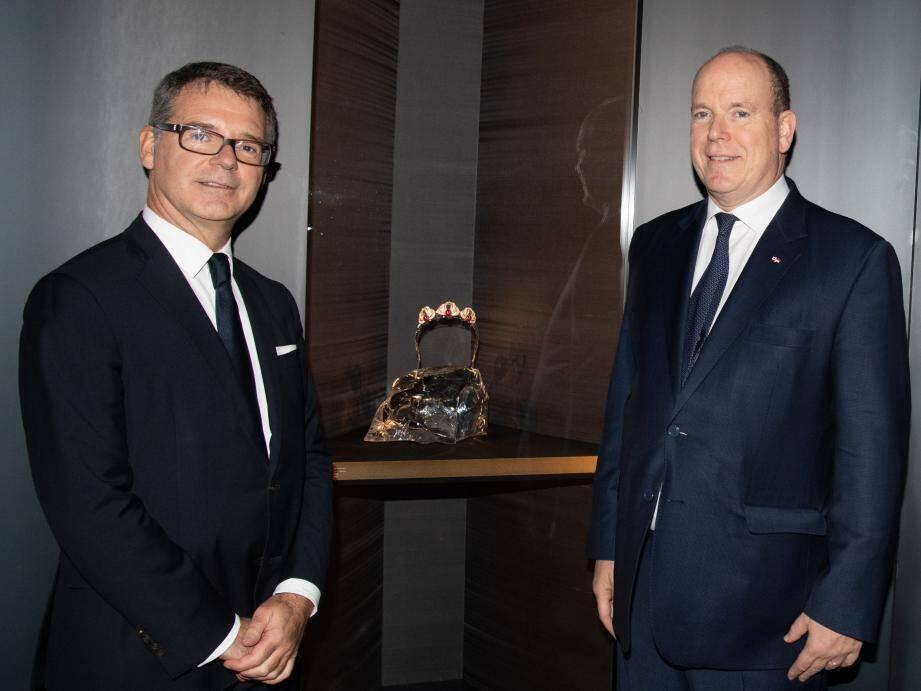 Le prince Albert II, ici avec Pierre Rainero, directeur France Patrimoine Cartier, a prêté au National Art Center des pièces d'horlogerie et de joaillerie - dont le diadème de la princesse Grace - ainsi que des tableaux de maîtres impressionnistes.