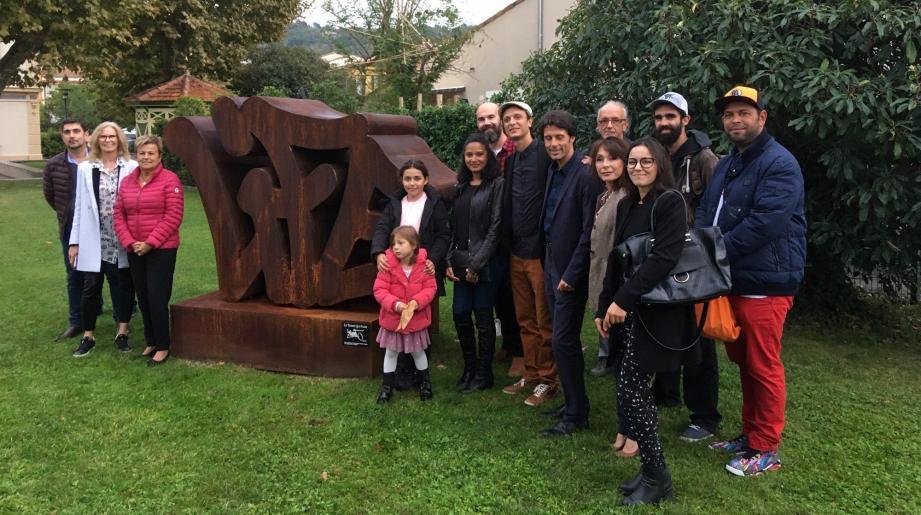 La sculpture a été installée sur la pelouse du jardin du centre culturel des Cèdres, parc Charles-Vanel, à Mouans-Sartoux.