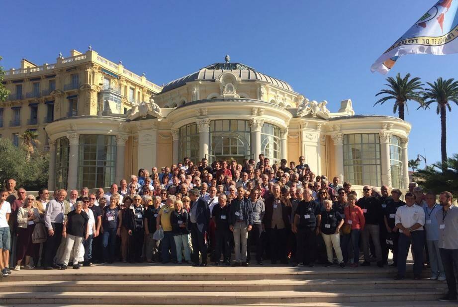 Tous les représentants des « Beaulieu de France » et les élus de « notre » Beaulieu, réunis sur les marches de la Rotonde.